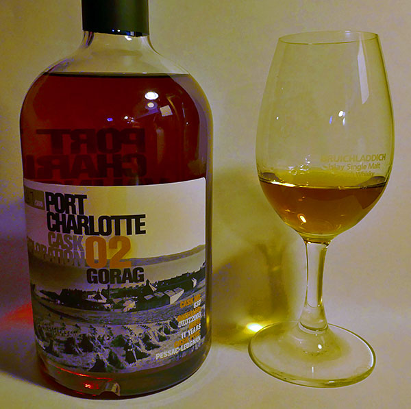 Picture of a bottle and a dram of the Port Charlotte cask exploration Gorag 02